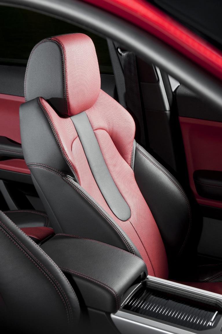 Edle Materialien hochwertig verarbeitet zeichnen den Evoque ebenso aus wie den großen Bruder, den Range Rover.