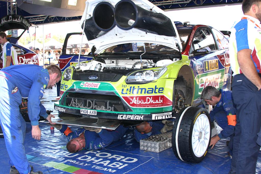 Fords aktueller Rallye-Renner im Servicezelt.