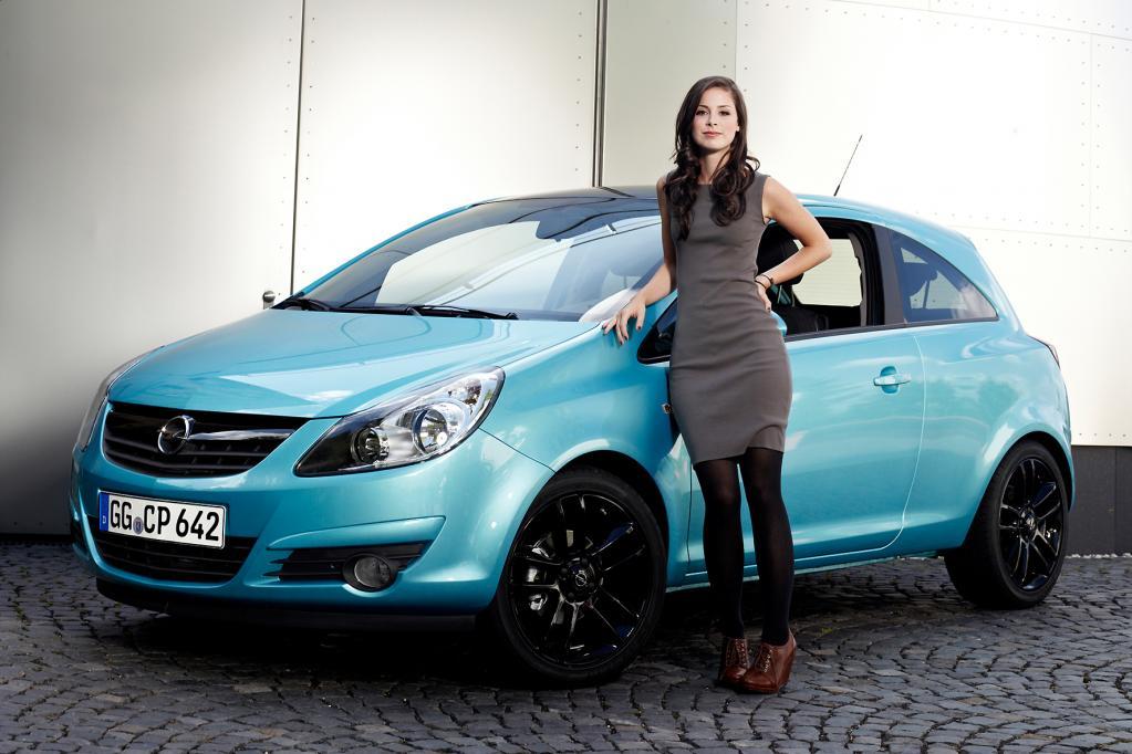 Frische Gesichter wie das der 19-jährigen Grand Prix-Gewinnerin Lena, die hier vor einem Opel Corsa posiert, sollen den Umsatz ankurbeln.