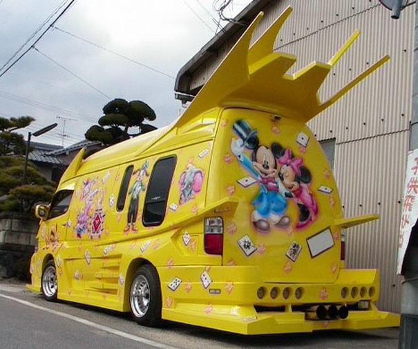 Gelber Mickey Mouse-Van - extrem peinlich!