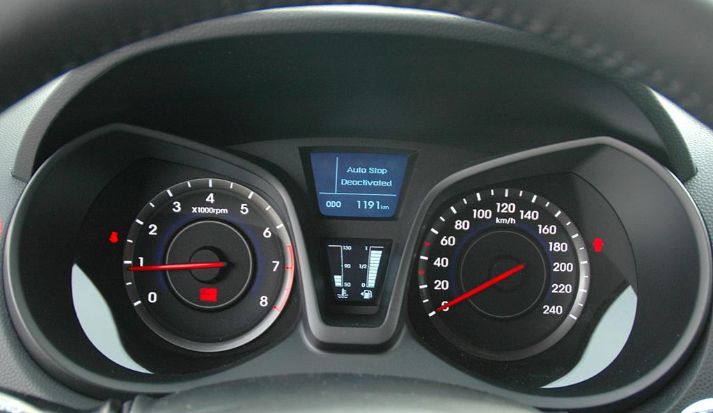 Hyundai ix20: Blick durch den Lenkradkranz auf die Rundinstrumentierung.