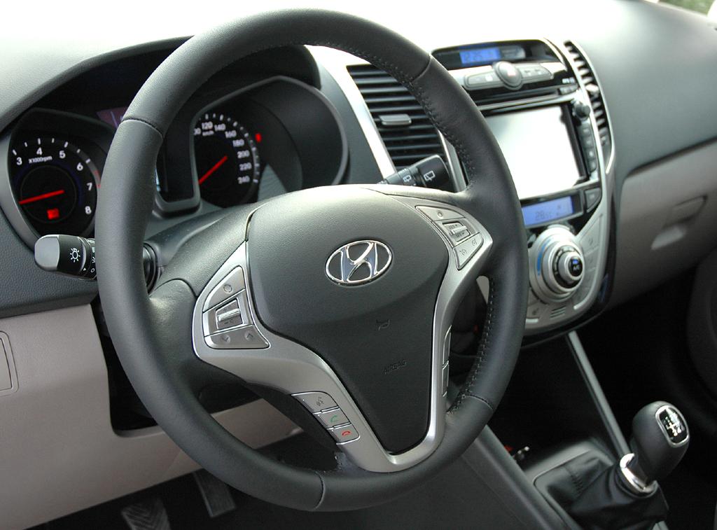 Hyundai ix20: Blick ins übersichtlich gestaltete Cockpit.
