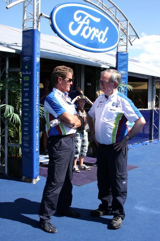 Im Gespräch: Teamchef Malcolm Wilson (links), Ford-Europa-Sprecher Ian Slater.