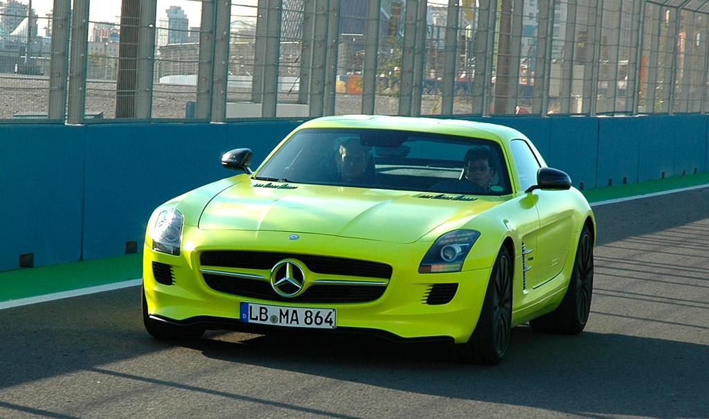 Im grellen Lumilectric-Magno-Gelb: Mercedes-Prototyp SLS AMG E-Cell auf der Rennstrecke in Valencia. Foto: Koch