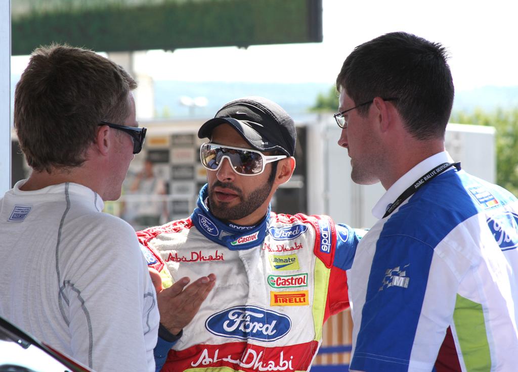 In einer Teambesprechung: Ford-Pilot Khalid al Qassimi (Mitte).