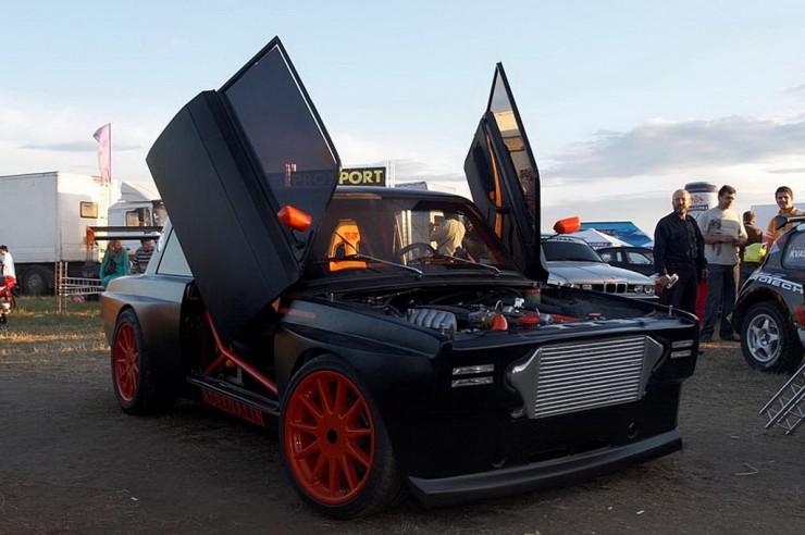 Lada mit Flügeltüren