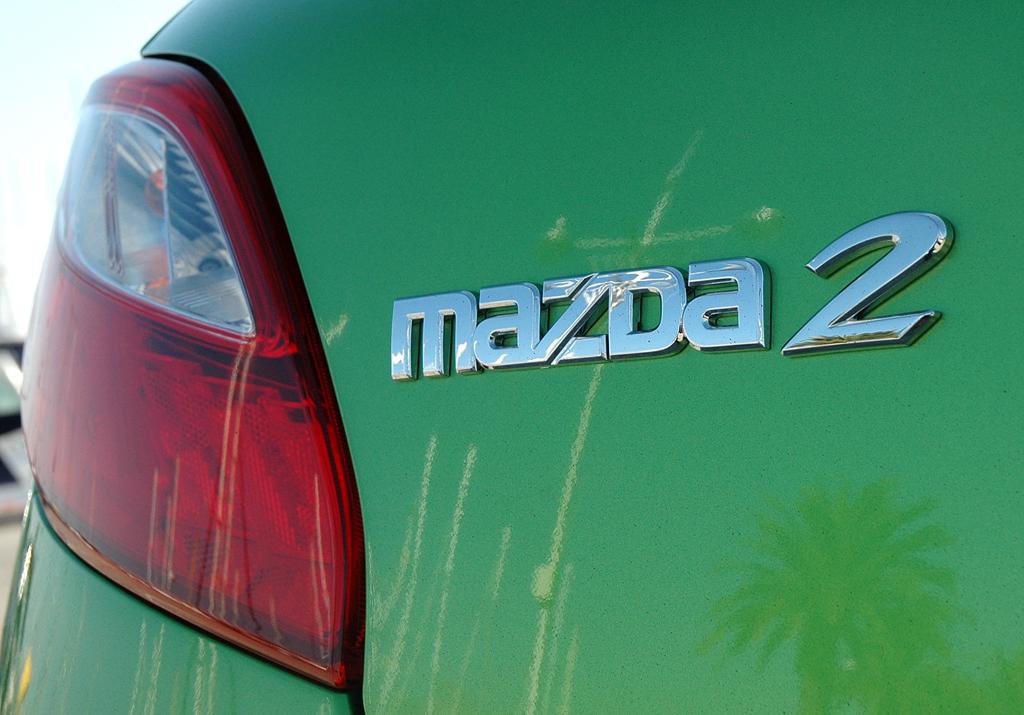 Mazda2: ... mit Markenschriftzug hinten.