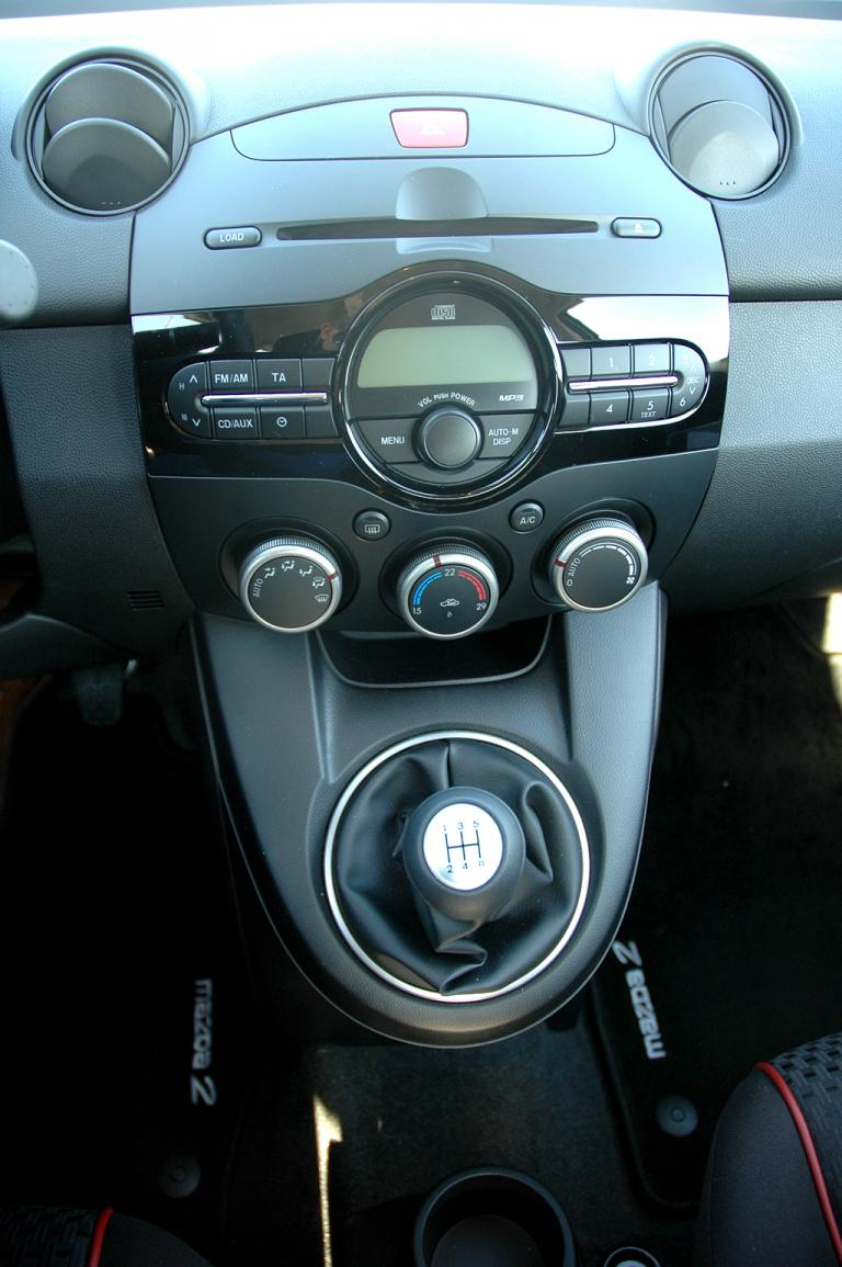 Mazda2: Blick auf den mittleren Armaturenträger, in dem auch der Schalthebel sitzt.