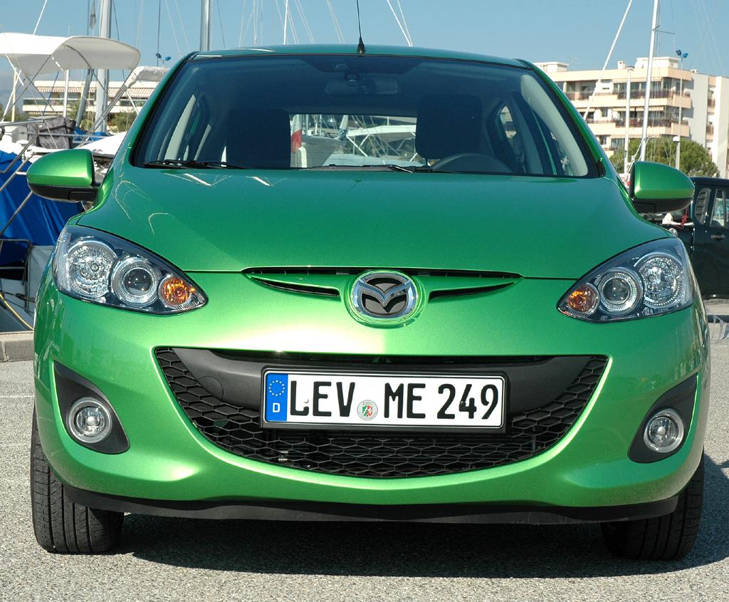 Mazda2: Blick auf die Frontpartie des Kleinwagens.