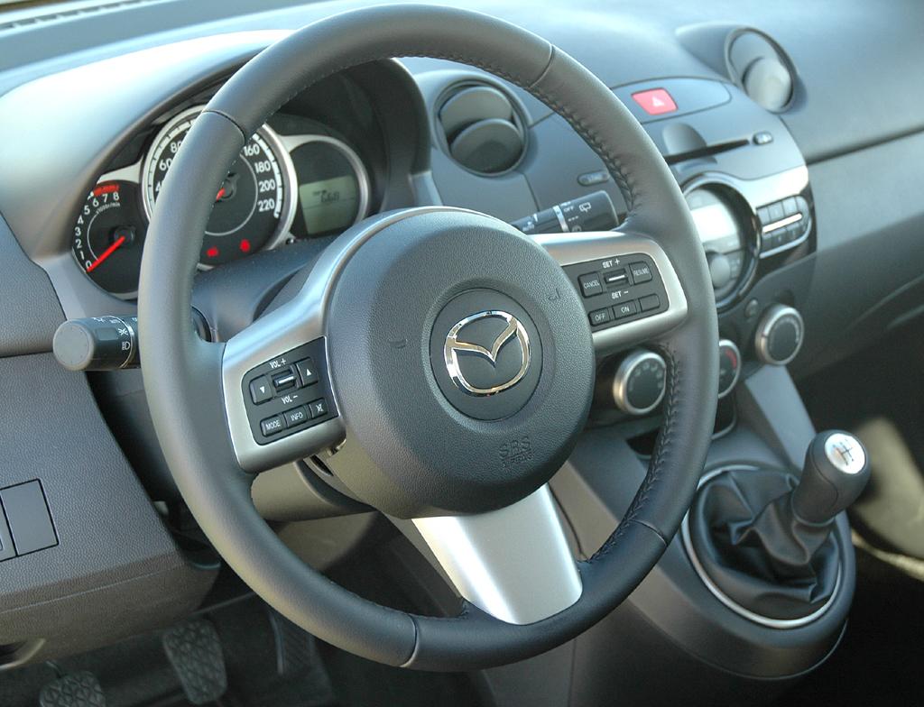 Mazda2: Blick ins recht übersichtlich gestaltete Cockpit.
