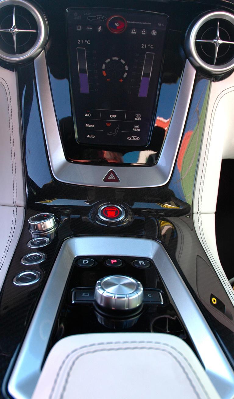 Mercedes SLS AMG E-Cell: Blick auf den mittleren Armaturenträger mit dem Touchscreen-Monitor.