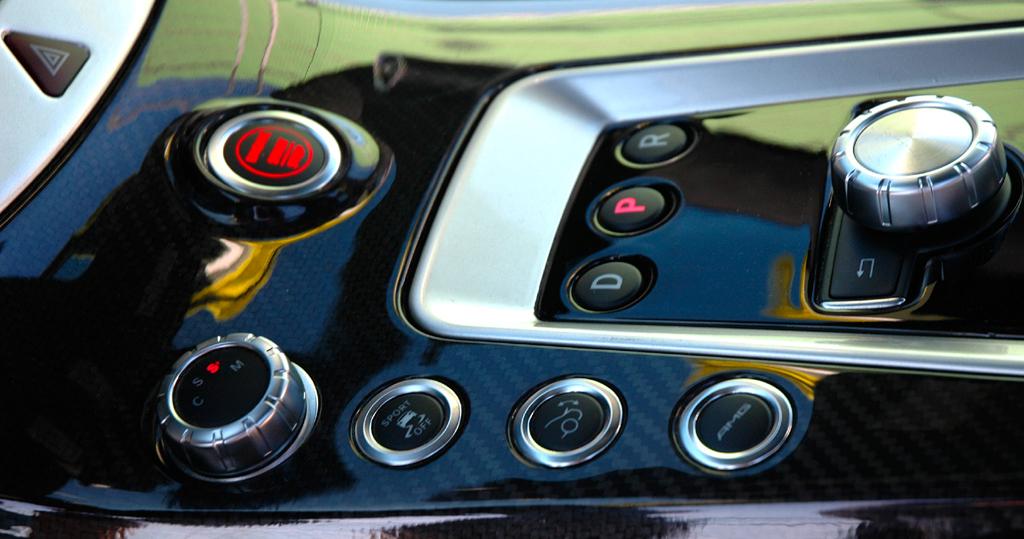 Mercedes SLS AMG E-Cell: Blick auf die Bedienknöpfe auf dem Mitteltunnel.
