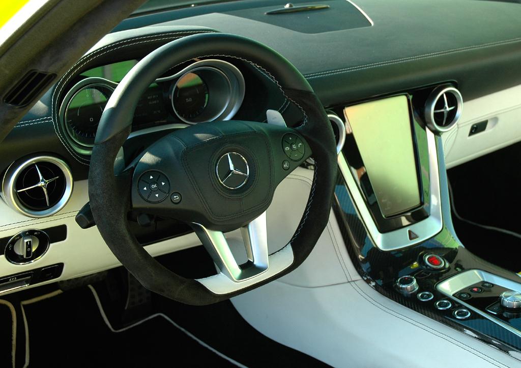 Mercedes SLS AMG E-Cell: Blick ins sportlich-funktionelle Cockpit mit unten abgeflachtem Lenkrad.