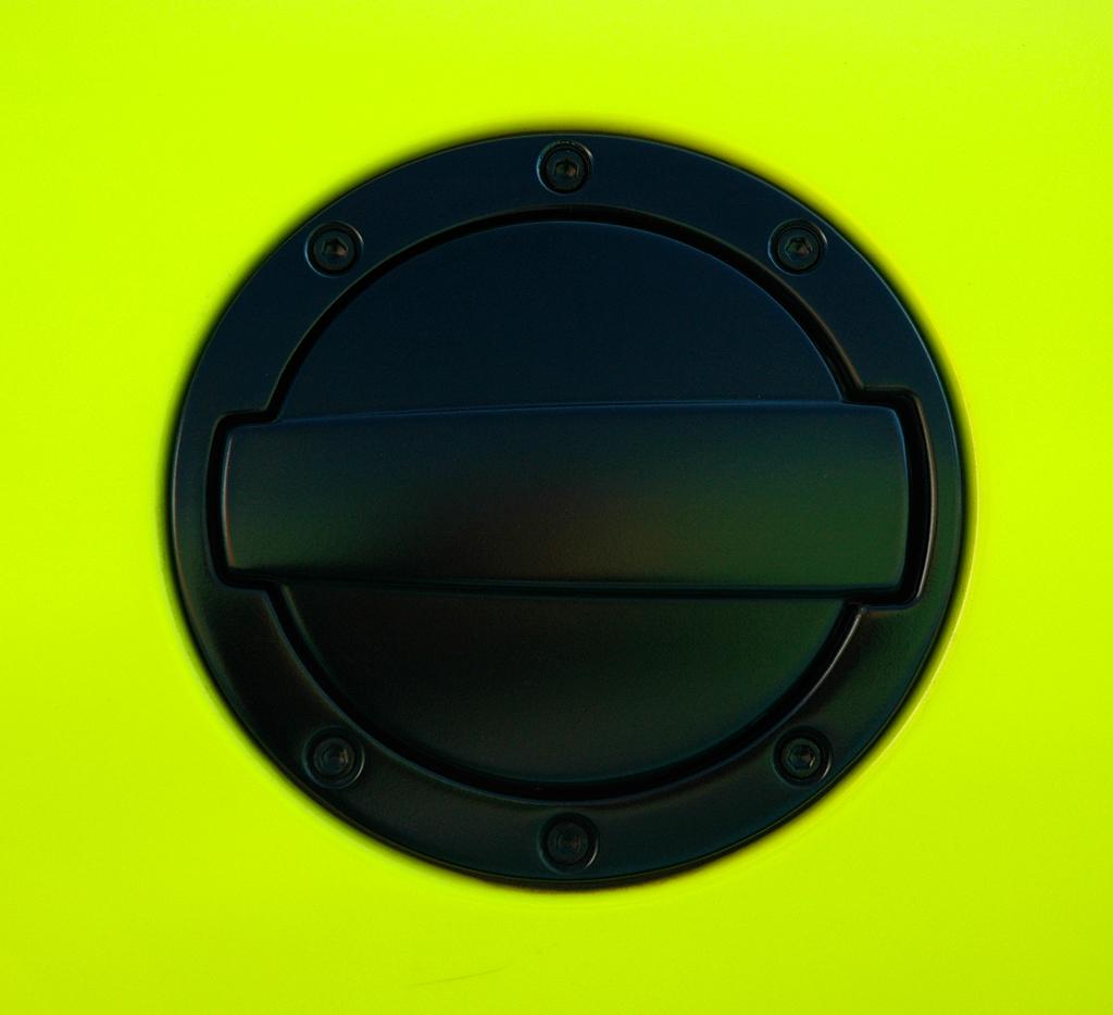 Mercedes SLS AMG E-Cell: Die Abdeckung der Nachladedose ist schwarz abgesetzt.