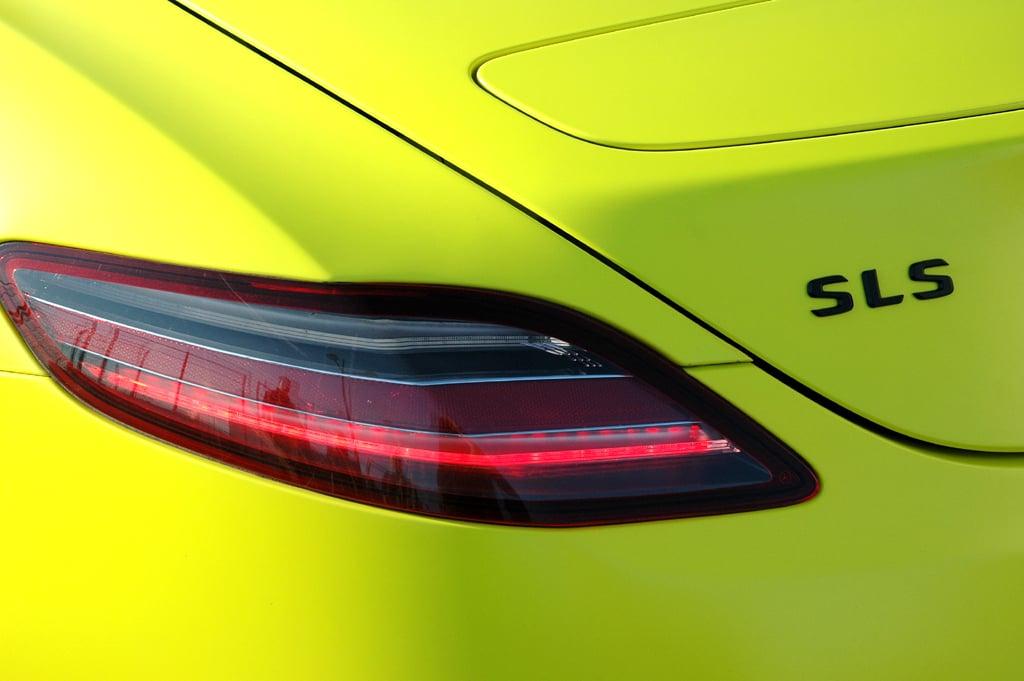 Mercedes SLS AMG E-Cell: Leuchteinheit hinten mit Modellschriftzug.