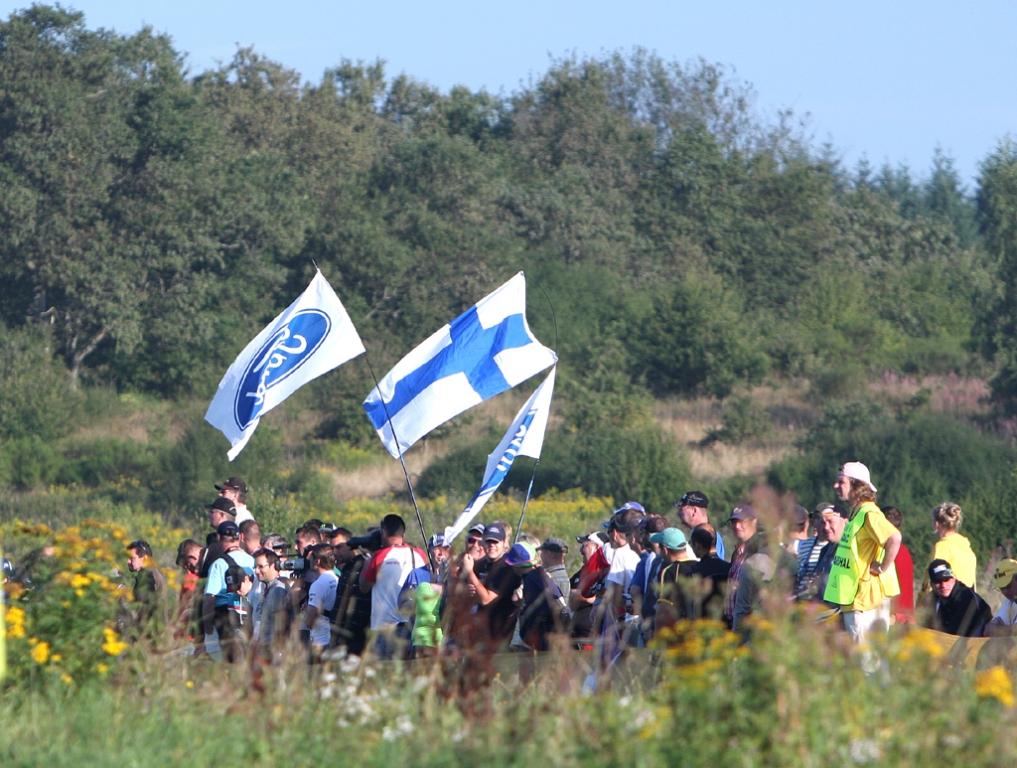 Mit wehenden Fahnen: Ford-Fangruppe bei der Deutschland-Rallye.
