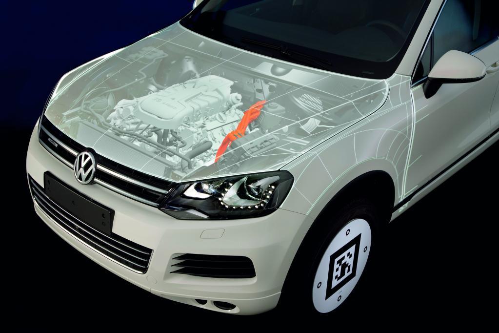 Projektionsbasiertes Augmented Reality: Frontansicht des VW Touareg Hybrid mit Motorblock und Hochspannungsleitung.