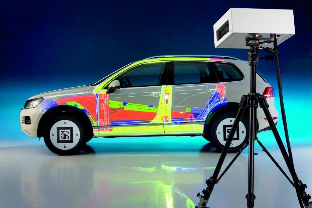 Projektionsbasiertes Augmented Reality: Seitenansicht des VW Touareg Hybrid mit der Karosseriestruktur.