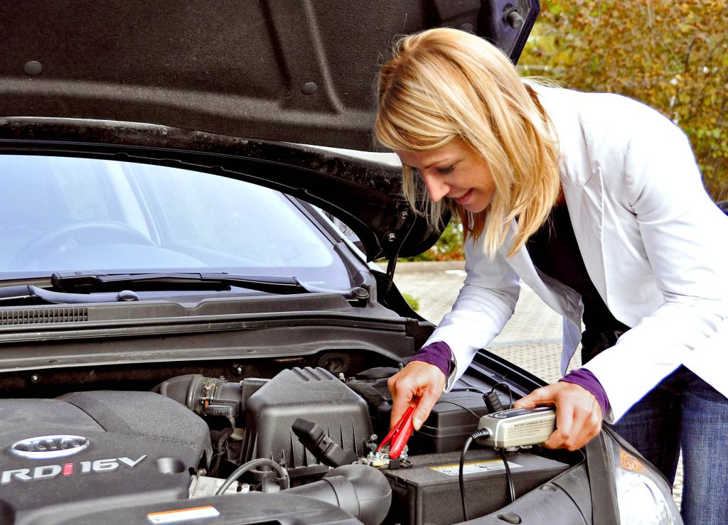 Regelmäßiges Laden der Autobatterie hält sie fit.