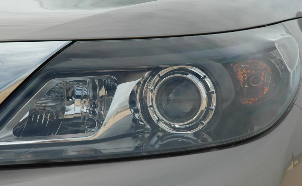 Renault Latitude: Bi-Xenon-Scheinwerfer mit dynamischem Kurvenlicht sind Serie.