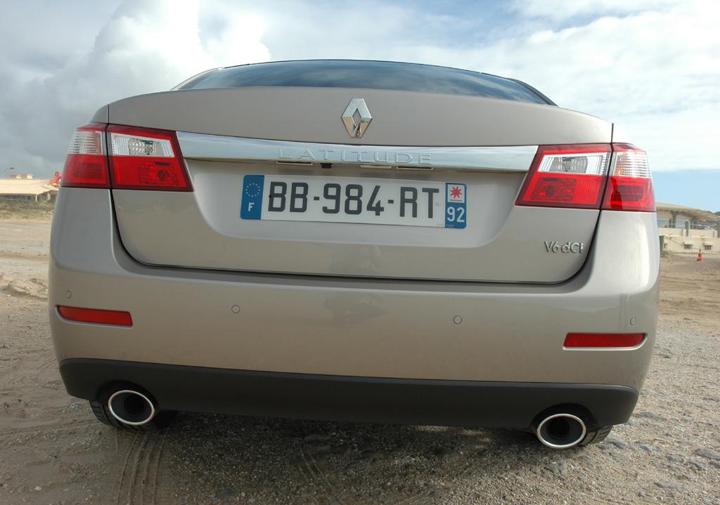 Renault Latitude: Blick auf die relativ wuchtige Heckpartie.