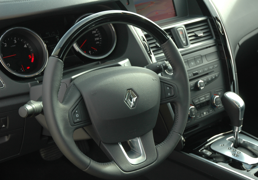 Renault Latitude: Blick ins Cockpit des nobleren Viertürers.
