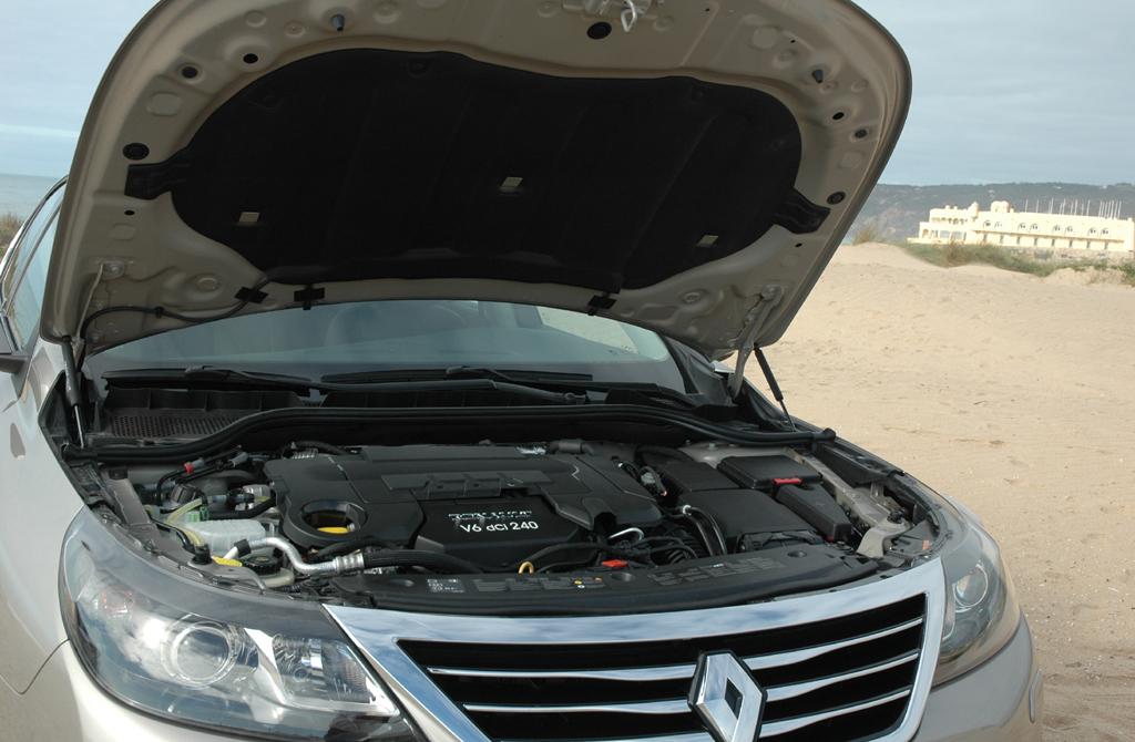 Renault Latitude: Blick unter die Motorhaube.