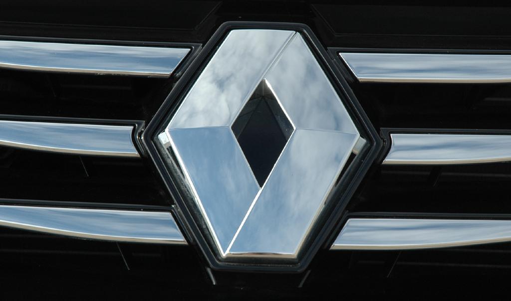 Renault Latitude: Das Markenlogo sitzt mittig im Kühlergrill.