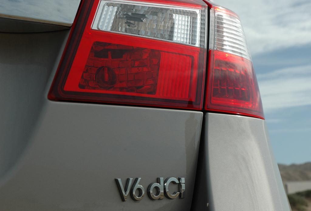 Renault Latitude: Leuchteinheit hinten mit Motorisierungsschriftzug.