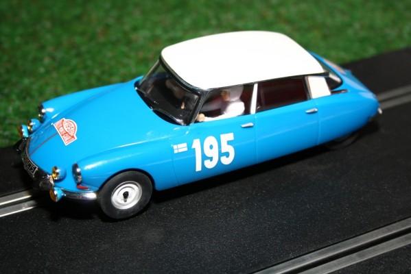 SCX überrascht mit dem Citroën DS für die Modellrennbahn