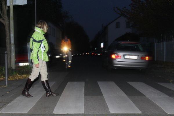 Trotz Dunkelheit verzichten Fußgänger auf reflektierende Kleidung