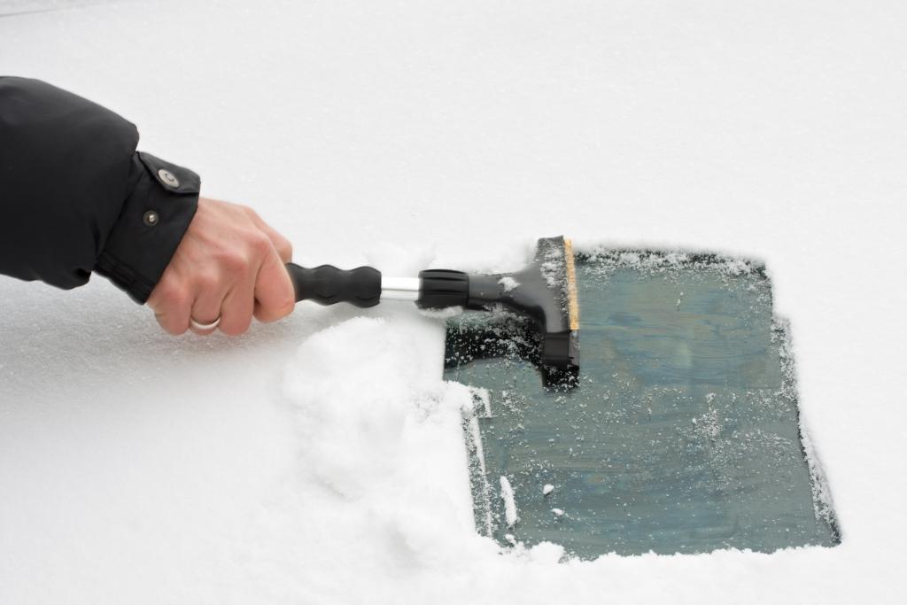 Winter in Deutschland: Beschädigungsrisiko durch Eiskratzer & Co
