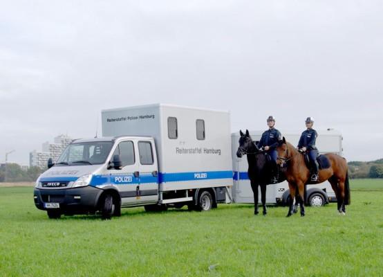 Zwei Iveco Daily befördern Hamburger Reiterstaffel