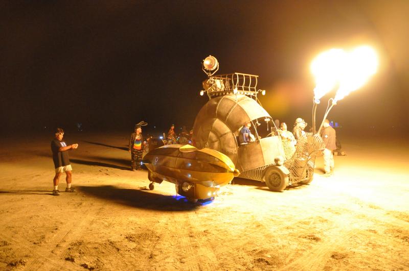 Zwei große Erfindung von Jon Sarriugarte: sein Zeppelin und die Feuer spuckende Schnecke,  Foto: oilpunk.com