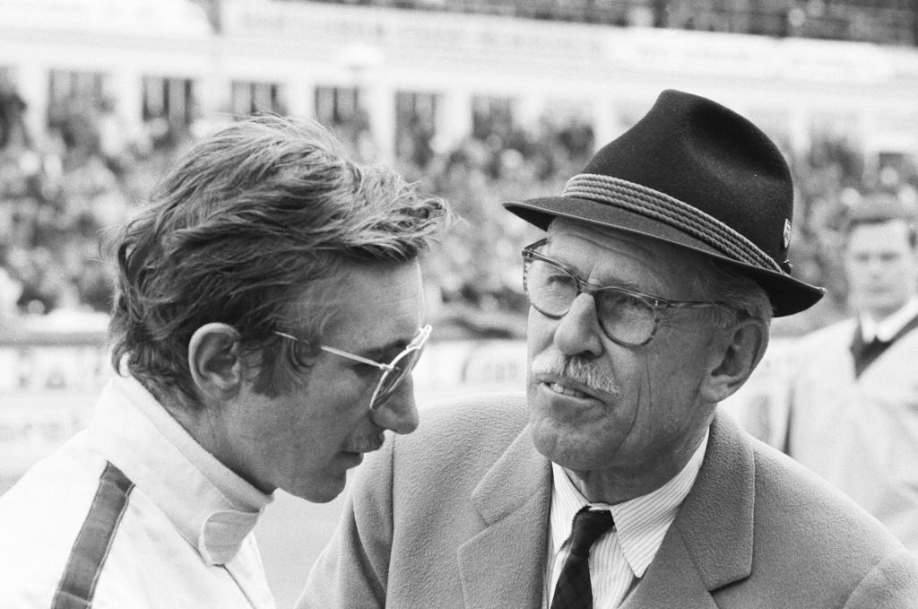 1000-Kilometer-Rennen auf dem Nürburgring im Mai.1968, Porsche-Rennfahrer Jo Siffert und Huschke von Hanstein (rechts).
