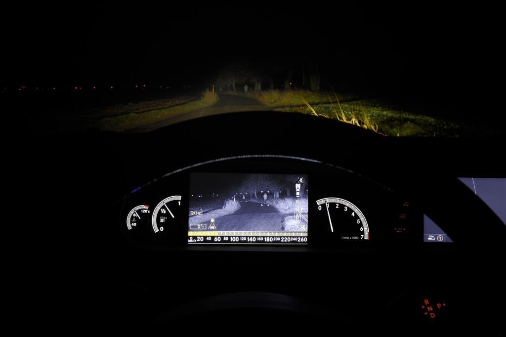 Angezeigt wird das Bild der Nachtsichtkamera im Cockpit