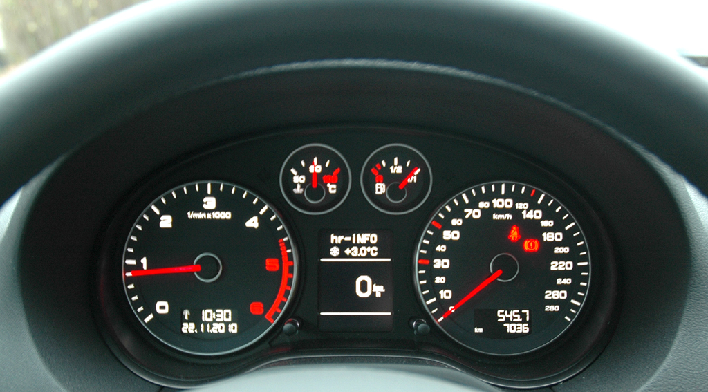 Audi A3 Diesel: Blick durch den Lenkradkranz auf die Rundinstrumentierung.