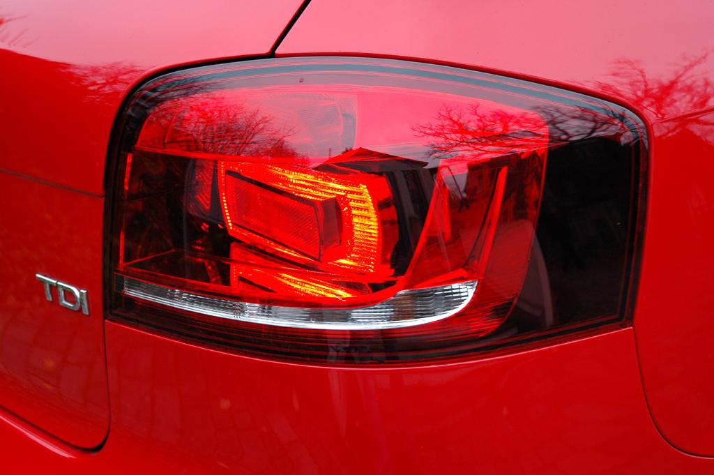Audi A3 Diesel: Moderne Leuchteinheit hinten mit Motorisierungsschriftzug.