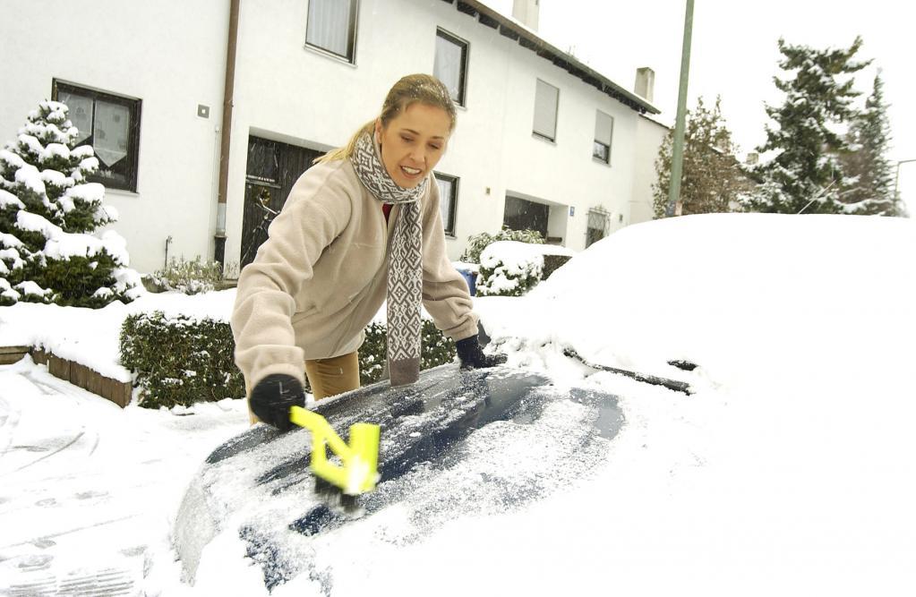 Bei Schnee und Eis Fahrzeug auf die Fahrt vorbereiten