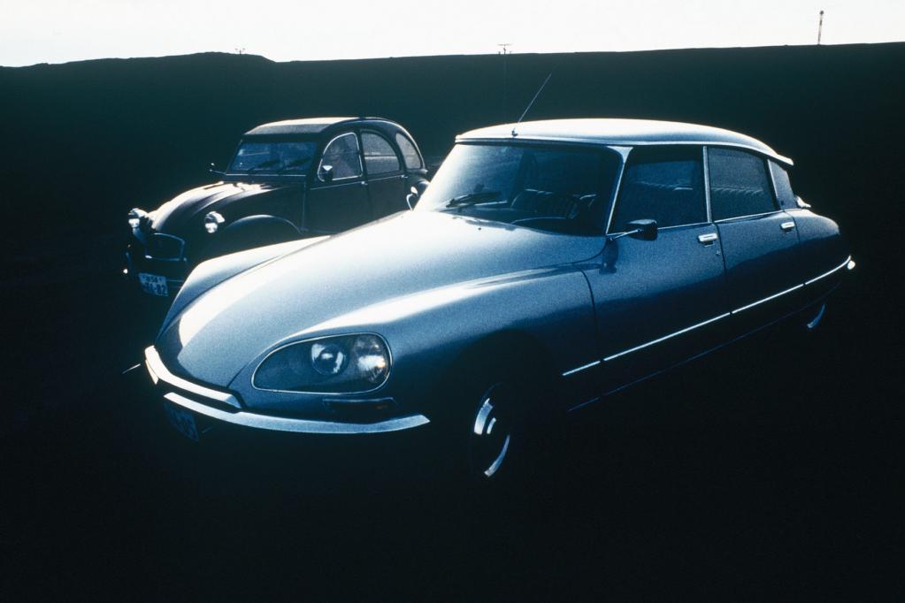 Citroën-Klassiker unter sich: DS und 2CV.