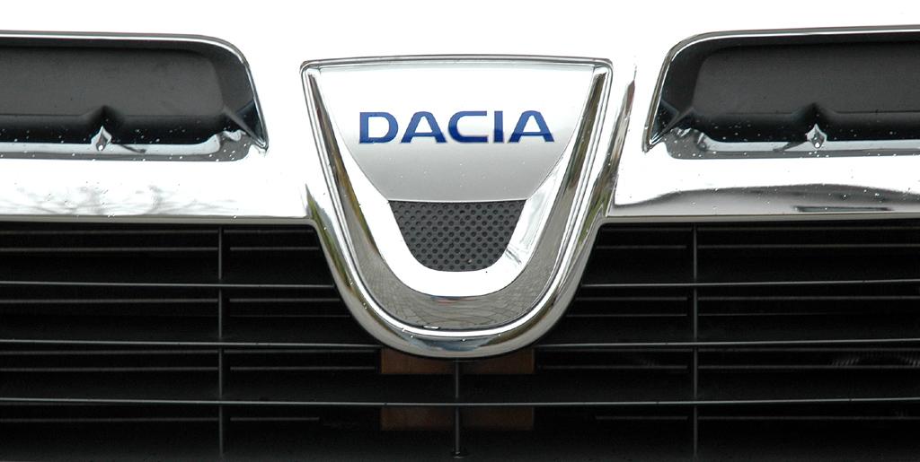 Dacia Duster: Das Markenlogo sitzt im Kühlergrill vorn.