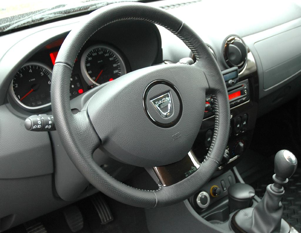 Dacia Duster: Der Arbeitsplatz des Fahrers ist übersichtlich gestaltet.