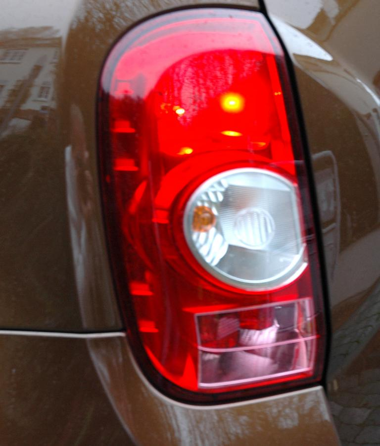 Dacia Duster: Die Leuchteinheit hinten ist vertikal angeordnet.