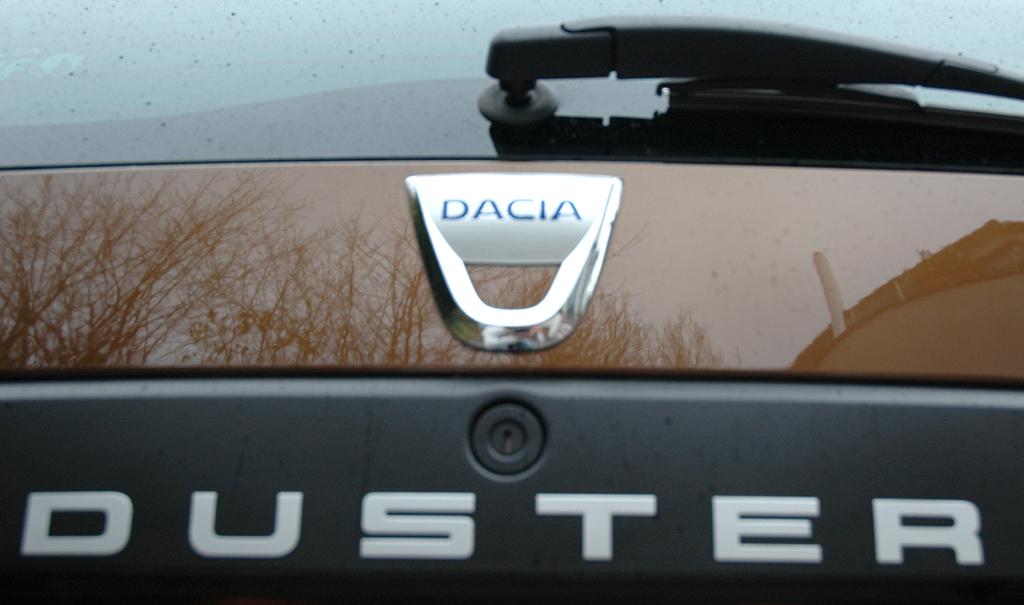 Dacia Duster: Markenlogo und Modellschriftzug auf der Heckklappe.