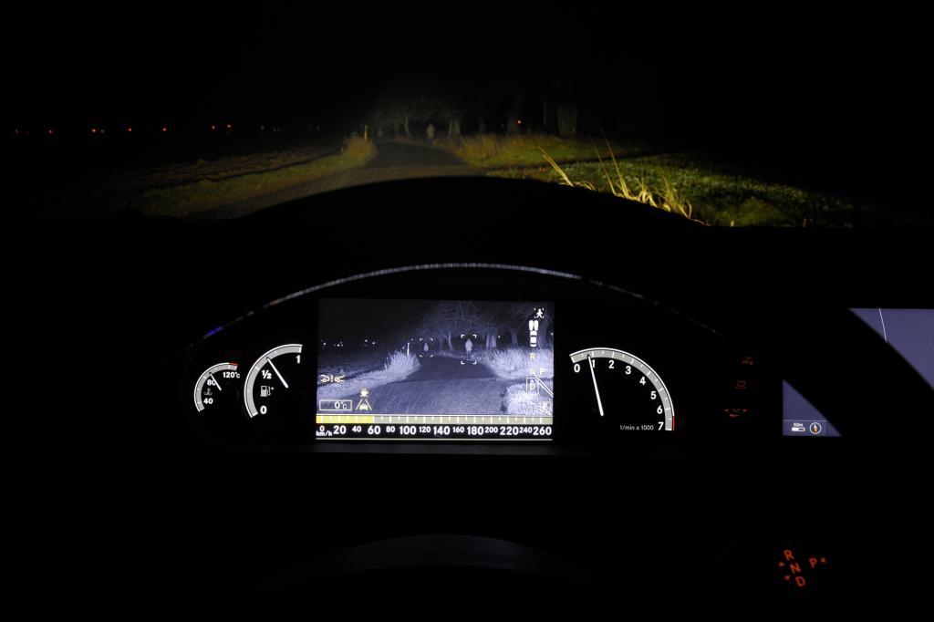 Das Nachtsichtsystem im Mercedes-Benz CL kann jetzt Fußgänger punktgenau anleuchten