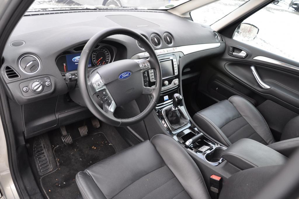 Der Innenraum wirkt ein wenig über-designt. Vor allem im Vergleich zum nüchterneren VW