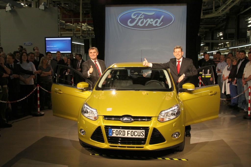 Der Ministerpräsident des Saarlands, Peter Müller und der Vorsitzende der Geschäftsführung der Ford-Werke Bernhard Mattes geben Startschuss für die Produktion des neuen Focus.
