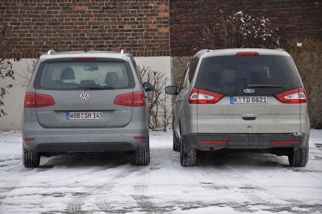 Der VW wirkt von hinten kastenförmiger als der Ford