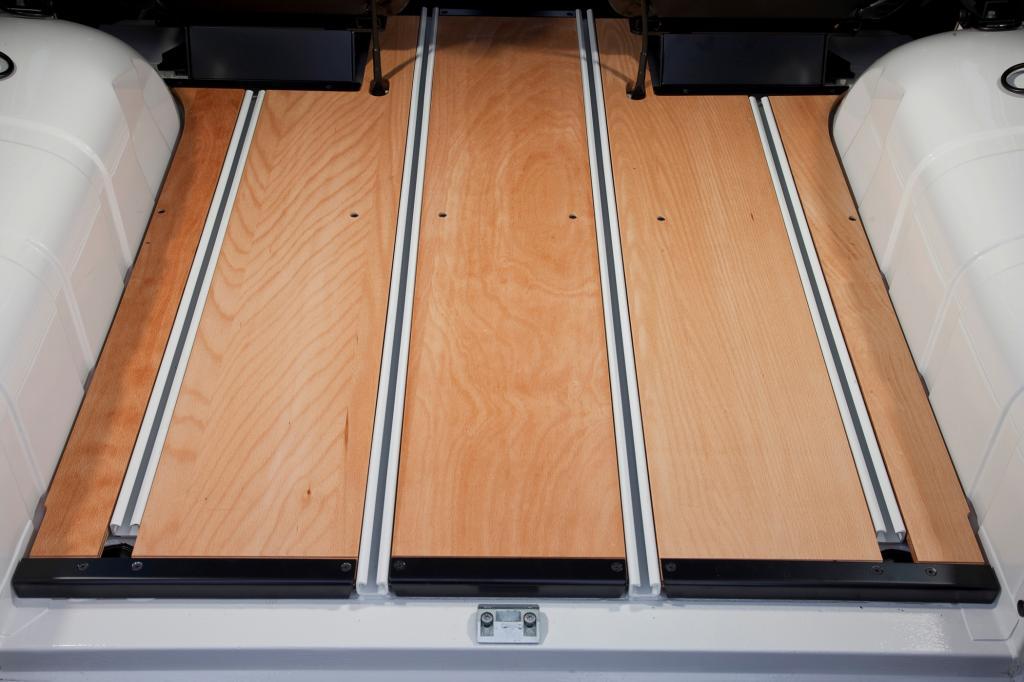 Der massive Holzboden gehört zu den besonders stilechten Optionen