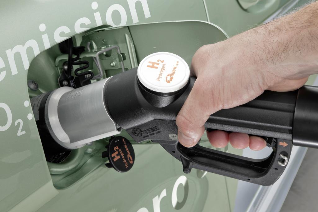 Die Mercedes-Benz B-Klasse F-CELL wird mit Wasserstoff betankt. Der Tankstutzen ist vergleichbar mit einem konventionellen Einfüllstutzen.